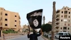 آرشیف، یک جنگجوی داعش با بیرق این گروه