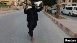 Боевик в городе Ракка. Сирия, 2014 год.