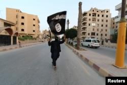 """""""Ислам мемлекеті"""" террорисі Сирияның Ракка қаласында. Маусым 2014 жыл."""