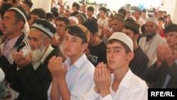 مراسم نماز عید فطر در مسجد مرکزی شهر دوشنبه، پایتخت تاجیکستان.