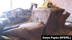 Традиционным местом проведения праздника является ажьыра (кузня), которая состоит из наковальни, клещей и молота