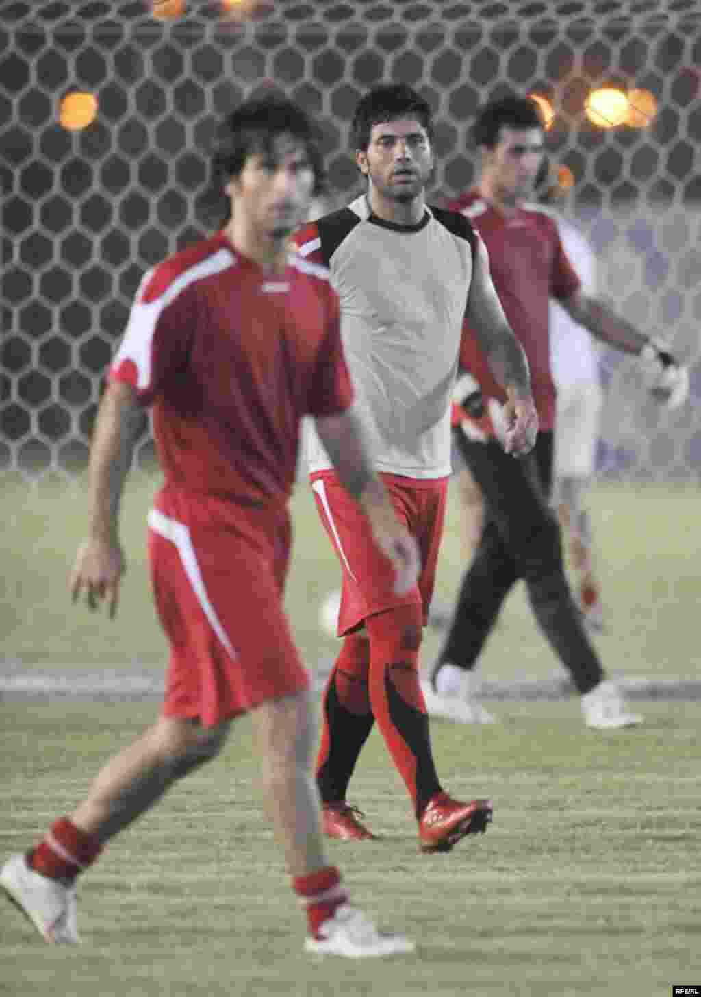 علیرضا نیکبخت واحدی، یکی از بازیکنان مشهور فوتبال ایران (وسط)