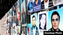 Fotografi të personave të pagjetur, të vendosura në rrethojat e Kuvendit të Kosovës.