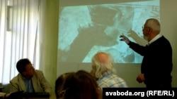 Марат Гаравы паказвае «дарогу сьмерці» на тапаграфічных картах