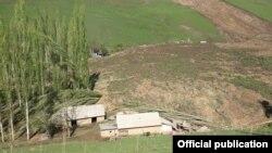 Қырғызстандағы көшкін жүрген Аюу ауылы. Өзген ауданы, Ош облысы, 29 сәуір 2017 жыл.