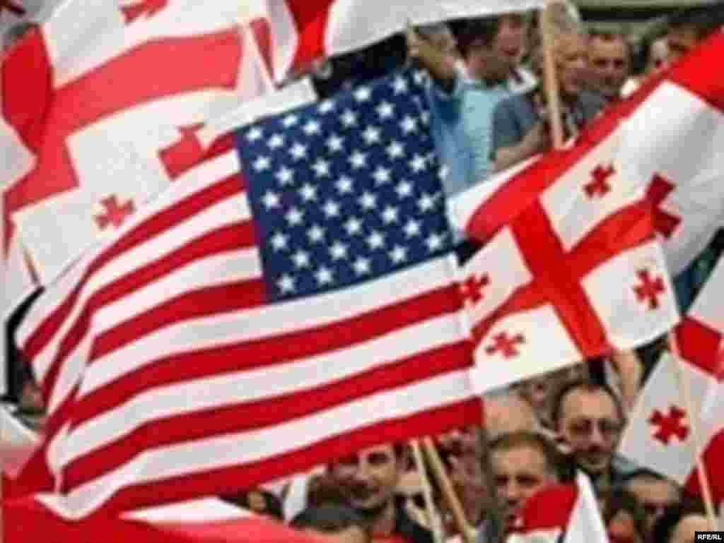 ასე ეგებებოდნენ თბილისელები აშშ-ის ვიცე-პრეზიდენტს - 22 ივლისს თბილისის ქუჩებში საქართველოსა და აშშ-ის სახელმწიფო დროშები ფრიალებდა.