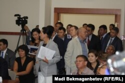 Парламент комитеті залына сыймай тұрған жұрт. Астана, 8 қыркүйек 2016 жыл.