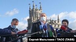 «Ты в 90-х ходил сюда в ресторан?»: как в Крыму открывали «Ласточкино гнездо» после «реконструкции» (фотогалерея)