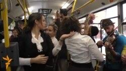 Перформанс во автобуси во Белград, роденден на боливудска ѕвезда