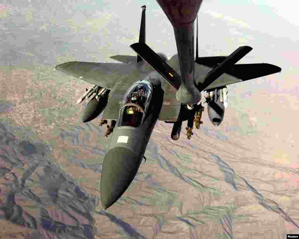 Një aeroplan amerikan F-15, i cili po kryente sulme mbi caqet ushtarake në Serbi, rimbushet me karburant mbi qiellin e Maqedonisë, që tashmë njihet si Maqedoni e Veriut. 26 mars 1999. Foto Reuters.