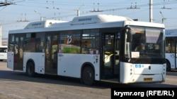 Автобус великої місткості НефАЗ-5299 російського виробництва на кримських дорогах