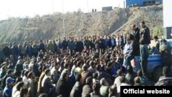 تجمع کارگران معدان چادر ملو در یزد در اعتراض به بازداشت نماینده خود توسط پلیس امنیت.