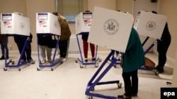 Американци гласаат на гласачко место на Менхетен во Њујорк, САД, 08 ноември 2016 година.