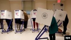 ამომრჩევლები ხმას აძლევენ მანჰეტენის ერთ-ერთ საარჩევნო უბანზე ნიუ-იორკში
