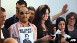 Тунижани го следат судењето на соборениот туниски претседател Бен Али.