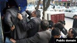 تجمع گروهی از شهروندان ایرانی در مقابل خودپرداز بانک پس از واریز یارانه نقدی