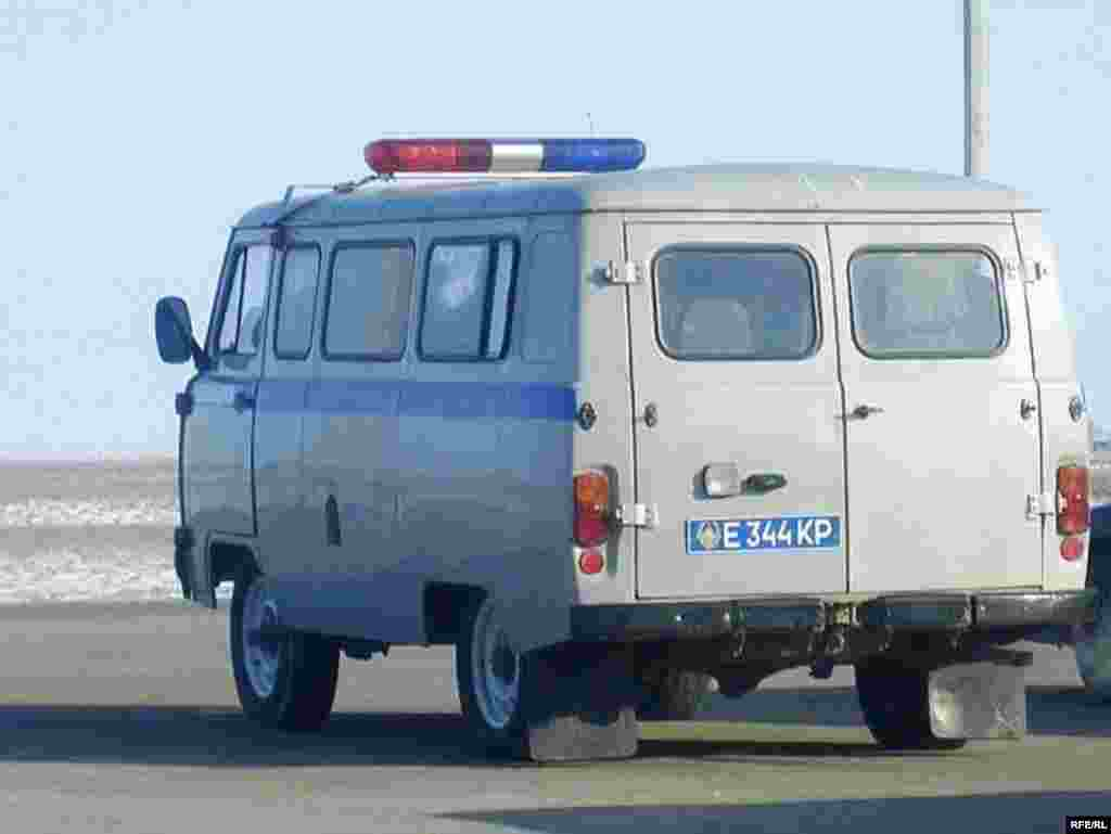 Полицейский микроавтобус покидает место забастовки. Карабатан, 20 декабря 2008 года. - Полицейский микроавтобус покидает место забастовки. Карабатан, 20 декабря 2008 года.