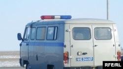 Полицейский микроавтобус покидает место забастовки. Карабатан, 20 декабря 2008 года.