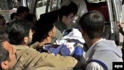 جسد عبدالحسن جعفری، کارمند پاکستانی سرکنسولگری ایران که روز پنجشنبه در پیشاور به قتل رسید.