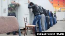 Мигранты, задержанные полицией во время рейда по проверке документов