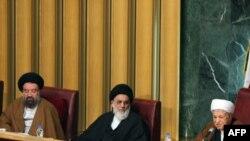 هیئت رئیس مجلس خبرگان؛ از راست: اکبر هاشمی رفسنجانی، محمود شاهرودی، و احمد خاتمی