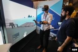 Відвідувач в окулярах віртуальної реальності під час 7-го веб-саміту в Лісабоні, Португалія. 7 листопада 2017 року