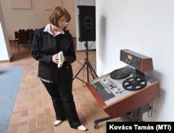 Jánosi Katalin, Nagy Imre mártír miniszterelnök unokája megnézi a lejátszóberendezést, mielőtt megkezdik a halálra ítélt kormányfő és vádlott-társai elleni per ötvenedik évfordulóján a tárgyaláson készült hangfelvételek nyilvános lejátszását a Nyílt Társadalom Archívum (OSA) székházában. Budapest, 2008. június 9.