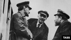 Lev Trotski (solda), Vladimir Lenin and Lev Kamenev 1920-ci ildə
