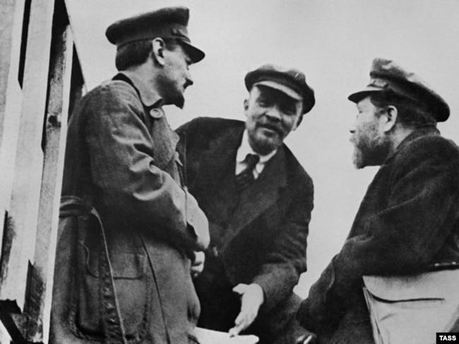 Лев Троцкий, Владимир Ленин и Лев Каменев (слева направо)