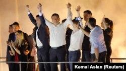 Ekrem Imamoglu, novi gradonačelnik Istanbula iz opozicione Republikanske narodne partije, obraća se pristalicama nakon proglašenja pobede na ponovljenim izborima protiv kandidata vladajuće Partije pravde i razvoja Binalija Jildrima.