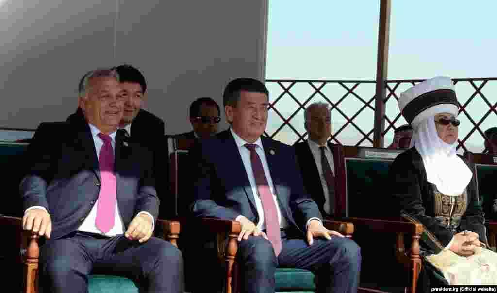 Премьер-министр Венгрии Виктор Орбан, в центре президент Кыргызстана Сооронбай Жээнбеков, экс-президент Роза Отунбаева.