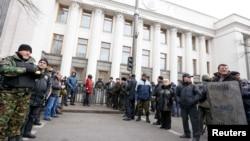 Представники Самооборони Майдану біля будівлі Верховної Ради, 22 лютого 2014 року
