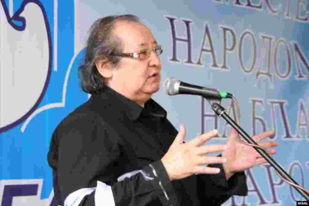 Общественный деятель, режиссер Болат Атабаев выступает на собрании демократической общественности, приуроченном к Первому Мая. Алматы, 1 мая 2010 года.
