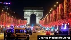 Французька поліція патрулює на Єлисейських полях у Парижі через заборону святкувань у зв'язку із коронавірусною пандемією. 31 грудня 2020 року