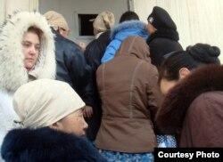 """Люди стоят в очереди за хлебом. Жанаозен, 18 декабря 2011 года. Фото Елены Костюченко, """"Новая газета""""."""