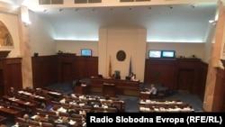 68 македонських депутатів зі 120 проголосували за те, щоб питання в бюлетені звучало так: «Чи підтримуєте ви членство в НАТО та ЄС і чи підтримуєте ви угоду щодо назви [країни] між республікою Македонія та Грецією?»