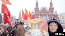 Очередь на возложение цветов к могиле Иосифа Сталина у Кремлевской стены, 21 декабря 2009