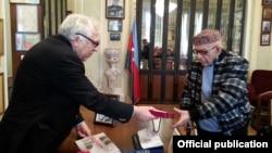 Mükafat Vaqif Səmədoğluna təqdim olunur