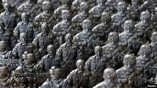 Фигурки солдатиков, изображающие сепаратистов, воюющих на востоке Украины