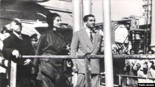 محمدرضا شاه همراه با ملکه ثریا در حال بازدید از پالایشگاه آبادان، یک سال قبل از سقوط مصدق