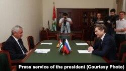 В ходе визита в Сухум Владислав Сурков напомнил, что более полугода в республике не звучали радикальные требования политической оппозиции
