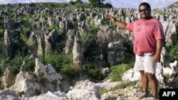 Житель острова Науру показывает местный ландшафт. Иллюстративное фото.