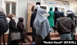 Люди у инфекционной больницы в Душанбе. 3 февраля 2020 года.