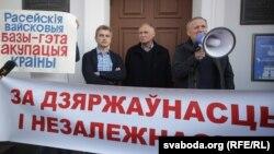 Уладзімер Някляеў (справа), Мікалай Статкевіч (у цэнтры) і Анатоль Лябедзька на мітынгу супраць расейскай вайсковай базы ў Беларусі 4 кастрычніка 2015 году