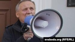 Уладзімер Някляеў на акцыі супраць расейскай авіябазы 4 кастрычніка