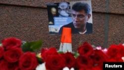 Цветы на месте убийства оппозиционного политика Бориса Немцова. Москва, 28 февраля 2015 года.
