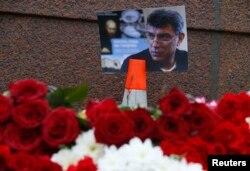 Мәскеудің орталығында Борис Немцов қаза тапқан жерге жұртшылық әкелген гүлдер. 28 ақпан 2015 жыл.