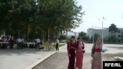 Türkmenistandaky habarçymyzyň aýtmagyna görä, daşary ýurtlarda okaýan studentler hasaba alynmagynyň ilat ýazuwyna taýýarlyk bilen ilteşiklidigi-de çak edilýär.