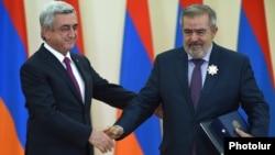Serzh Sarkisian Daşnaksutyun lideri Hrant Markarian-ı medalla təltif edir.