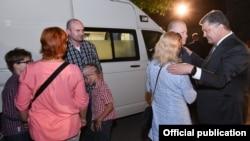 Иллюстративное фото. Президент Украины Петр Порошенко встречает освобожденных из плена Юрия Супруна и Владимира Жемчугова. Киев, 17 сентября 2016 года